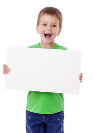 Lachende jongen staat met lege horizontale blanco in handen, geïsoleerd op wit