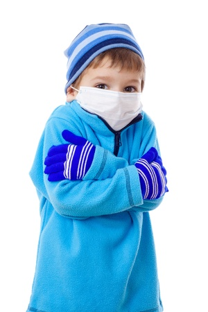 Invriezen jongen in de winter kleding en medische masker, geïsoleerd op wit