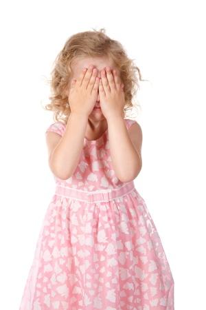 Meisje huid gezicht onder handen, het spelen van verstoppertje te zoeken, geïsoleerd op wit