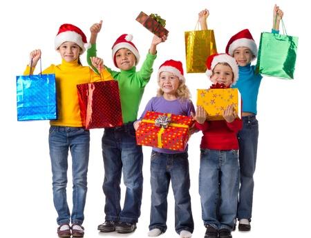 Groep gelukkige jonge geitjes met kerst geschenken, geïsoleerd op wit Stockfoto