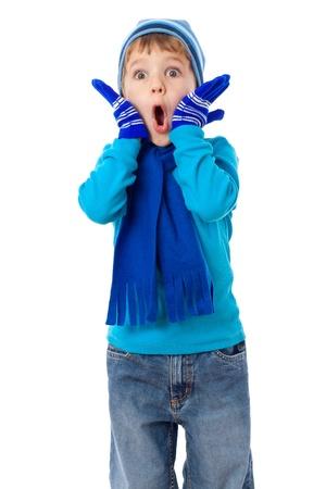 Verbaasd kleine jongen in de winter kleren, geïsoleerd op wit Stockfoto