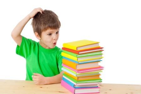 Jongen met stapel van boeken krassen zijn hoofd, geïsoleerd op wit