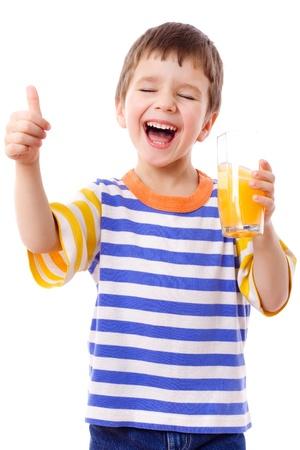 Lachende jongen genieten met glas gele sap, geïsoleerd op wit Stockfoto