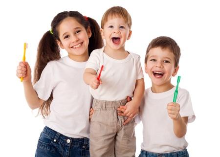 Gelukkige familie met tandenborstels, geïsoleerd op wit Stockfoto