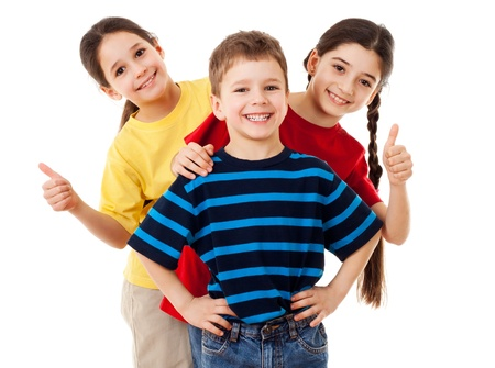 Grupo de niños felices con los pulgares para arriba signo aislado en blanco
