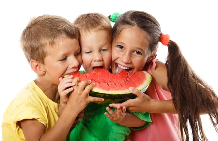 Gelukkige familie het eten van watermeloen, geïsoleerd op wit