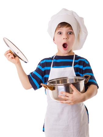 Verbazingwekkende kleine chef opent de pot, geïsoleerd op wit
