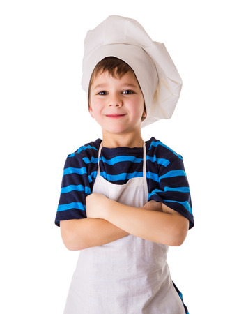 Blij weinig chef-kok, staande op een witte