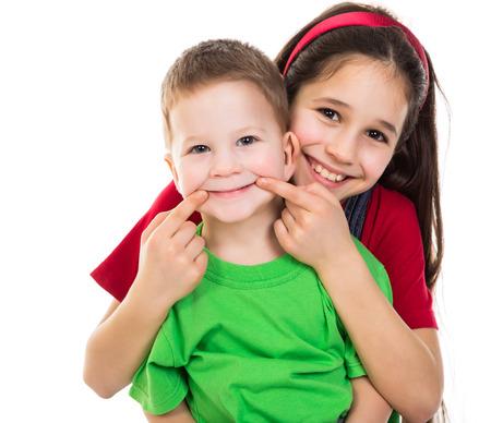 Twee gelukkige kinderen samen, geïsoleerd op wit