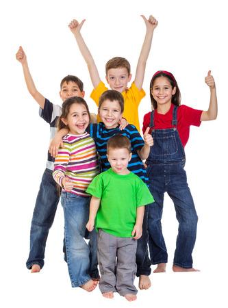 Groep gelukkige kinderen met thumbs up ondertekenen, geïsoleerd op wit