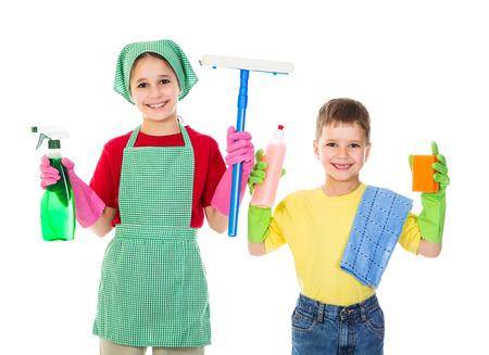 Felices los niños con equipo de limpieza, aislado en blanco Foto de archivo