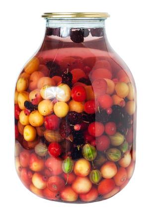 grosella: Tarro de compota multifruta, aislado en blanco Foto de archivo