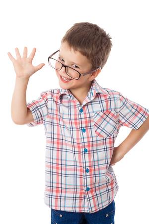 Gelukkig jongetje met een bril met groet teken, geïsoleerd op wit