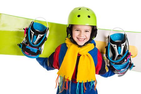 Счастливый мальчик стоял с сноуборду, на белом