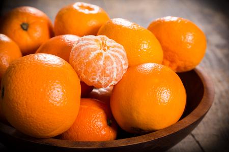 winter snoep - stapel van mandarijnen in schotel op houten tafel