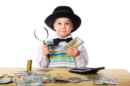 Kleine jongen in zwarte hoed tellen van geld op de tafel, op wit wordt geïsoleerd