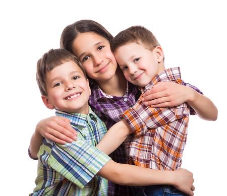 Gezin met drie gelukkige kinderen samen knuffelen, geïsoleerd op wit