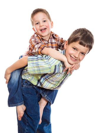 Twee broers samen spelen, geïsoleerd op wit Stockfoto