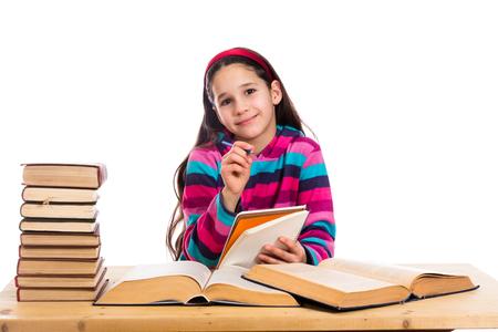 niño escuela: Muchacha creativa con la pila de libros antiguos, aislado en blanco