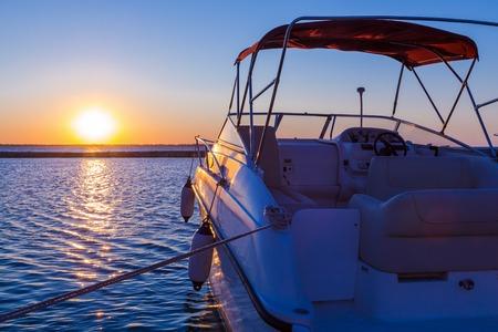 Yacht buurt van de pier tegen zonsondergang, de zomer vakantie concept