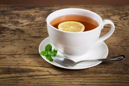 hot asian: Чашка чая с мятой листьев и лимоном на старой деревянной стойкой, пустого пространства для текста
