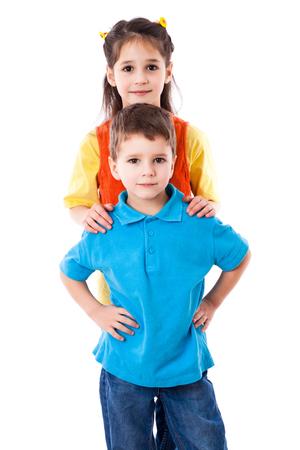 ragazza innamorata: Due bambini sorridenti in piedi insieme, isolato su bianco