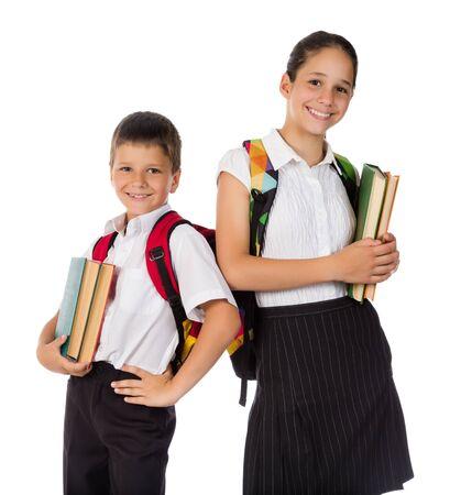 niños estudiando: Dos estudiantes felices de pie con libros en las manos, aislados en blanco