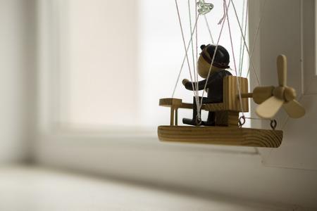 marioneta de madera: Marioneta de madera en un globo, mirando por la ventana
