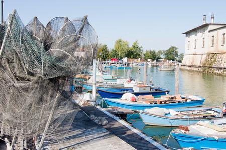 redes de pesca: redes de pesca, Cestas y barcos de pesca en la laguna. Marano - Italia