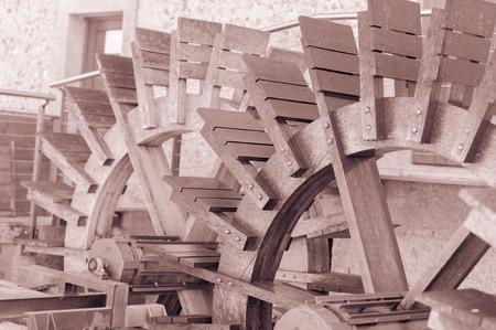 molino de agua: Efecto vintage, dos ruedas de molino de agua Foto de archivo