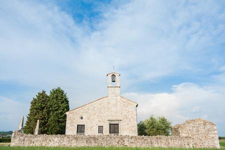 vierge marie: Petite �glise du 13�me si�cle d�di� � la Vierge Marie dans le nord de l'Italie Banque d'images