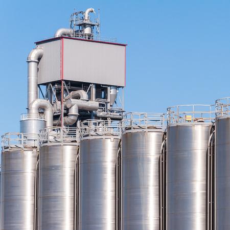 industria quimica: Detalle de la planta química, silos y tuberías Foto de archivo