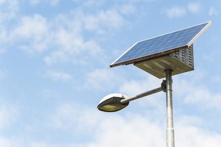 Luce stradale alimentato da un pannello solare con una batteria inclusa Archivio Fotografico
