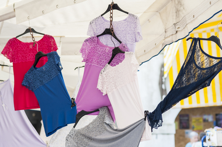 underwear: Ropa interior coloridas camisetas de las mujeres con el cord�n en la venta en el semanario local mercado al aire libre. El norte de Italia