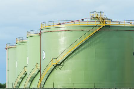 tanque de combustible: Tanques de almacenamiento industrial. Los tanques de petróleo en línea