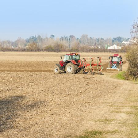arando: El trabajo agrícola, Red Tractor arando un campo