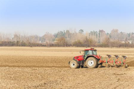 arando: El trabajo agr�cola, Red Tractor arando un campo