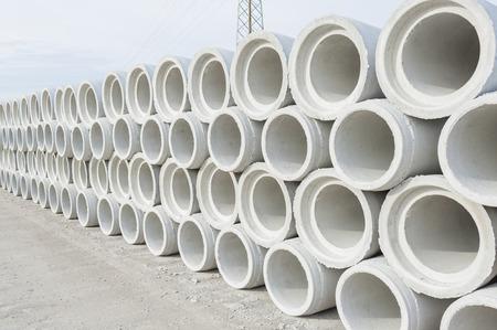 Canalizaciones de concreto para la construcción de edificios industriales. Foto de archivo - 50330252