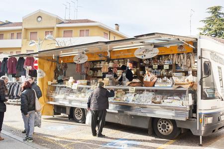 carnes: Codroipo, Udine, Italia - el 19 de enero de 2015: Un cami�n cami�n combinado de carnes y quesos. En un mercado al aire libre en el noreste de Italia