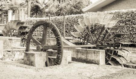 watermill: Rueda de hierro viejo molino de agua. Las ruinas de un molino de agua. Efecto de la vendimia.