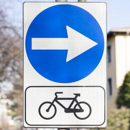 symbol sport: Verkehrsschild die Richtung des Radweg anzeigt. Lizenzfreie Bilder