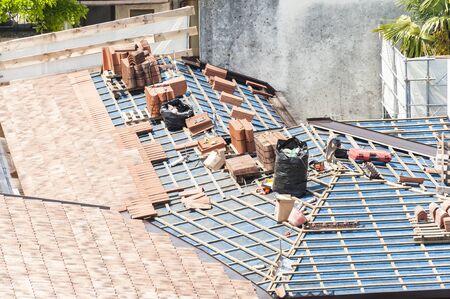 shingles: Sitio de construcci�n. renovaci�n del techo. Paletas de la culebrilla Foto de archivo
