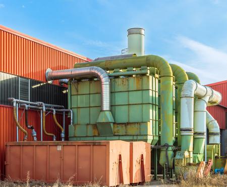 filtración: Sistema de filtración de una fábrica con contenedores de recogida en cerrado herméticamente