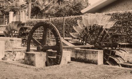 molino de agua: viejo rueda de un molino de agua. Cuadro del estilo de la vendimia. La adición de grano para dar un viejo efecto de la foto.