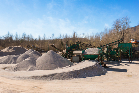 size distribution: Extraction gravel. Machinery distribution and classification by size gravel. Conveyors for transporting gravel.Gravel quarry. Construction industry.