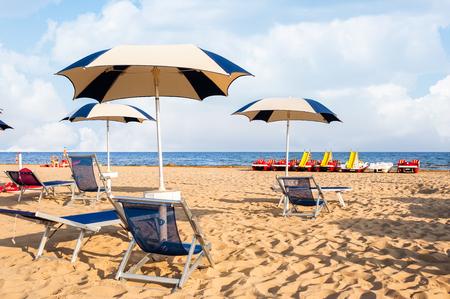 Paraplu strand om te ontspannen en zonnig strand. Bibione, Italië