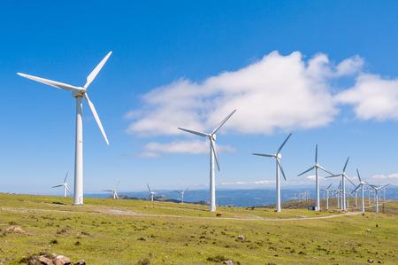 Turbiny wiatrowe w górach. Energia odnawialna. Galicja, Hiszpania.