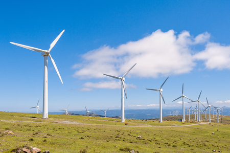 Windkraftanlagen in den Bergen. Erneuerbare Energie. Galizien, Spanien.