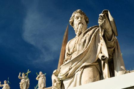 Standbeeld van de apostel Paulus aan de voorkant van de basiliek van St. Peter, Vatikaan, Rome, Italië
