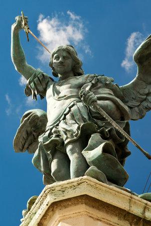 Standbeeld van de aartsengel Michaël aan de bovenkant van Castel Sant Angelo in Rome, Italië Redactioneel